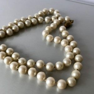 Jewelry - Vintage Ivory Pearl Bead Necklace Strand Clasp 🤍
